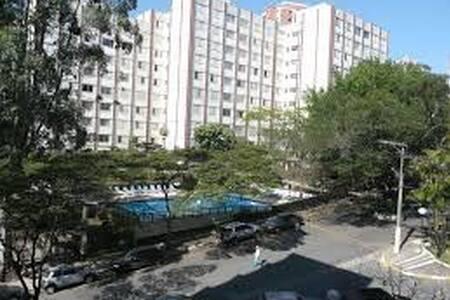 Apartamento aconchegante em condomínio arborizado