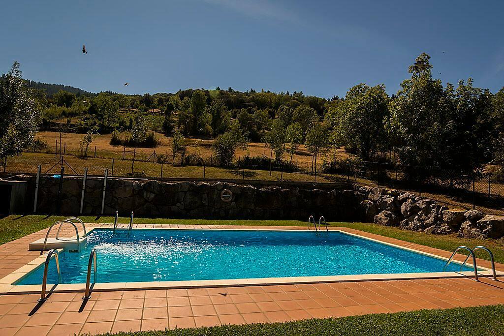 En urbanización con piscina
