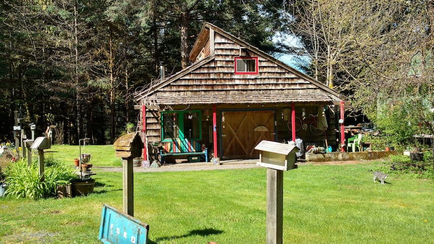 Cascadian Cottage w/Artistic Flair! - Westfir