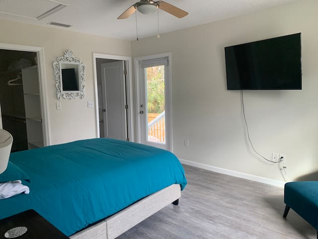 Main bedroom: queen bed, reading nook, walk-in closet and en-suite bathroom. Smart TV ready for any streaming platform.
