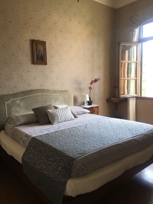 beatiful queen size bed in nice bedroom with original furniture from the XVII century