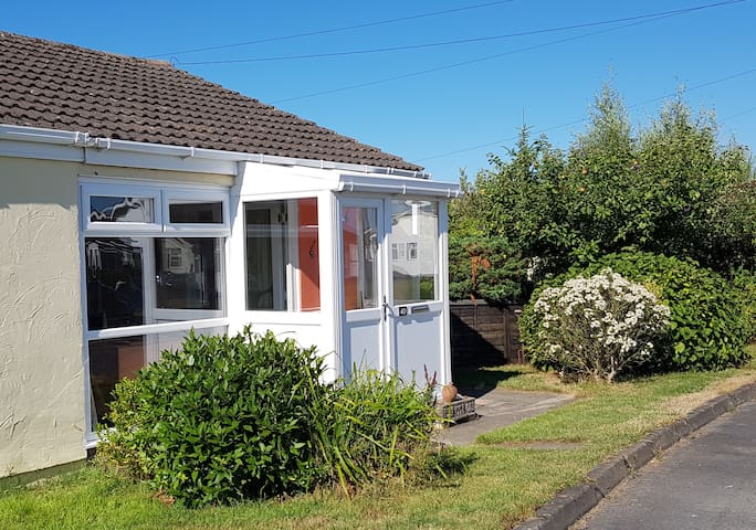 FAIRBOURNE HOLIDAY HOME for 4 in quiet cul-de-sac