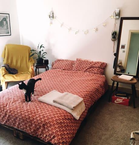 Spacious Bohemian Apartment 2 mins from Tube