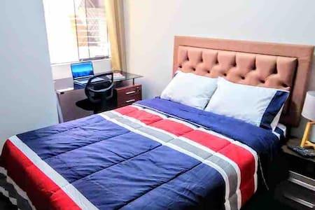 Room #6 - A 15' del Aeropuerto- B&B-