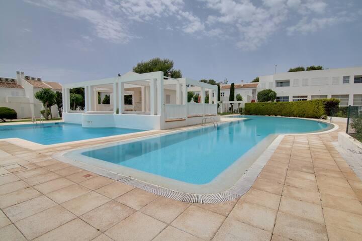 Apartamento con piscina, playa y puerto deportivo