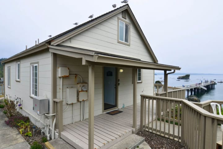 Oceanfront home with amazing views, hot tub, deck - hiking nearby!