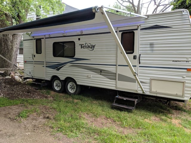 26' CAMPER SLEEPS 6 STOCKED NEED TOILETRIES PILLOW