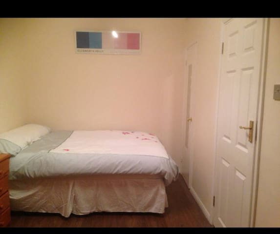 A NEWLY DECORATED DOUBLE ROOM CLOSE TO TRANSPORT