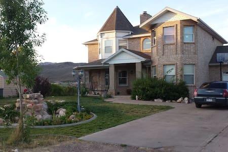 Spacious 3250sq' Victorian Home Near Zion National - Toquerville