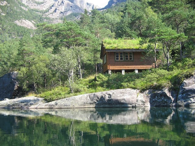 Hytte ved Indrehusvatnet / Cabin by lake