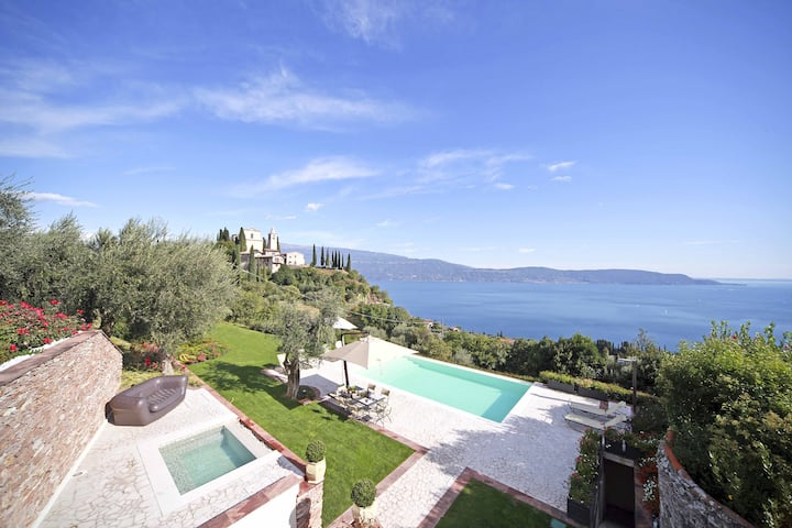 Villa Teodora with Private Swimming Pool, SPA, Garden and Helicopter Service
