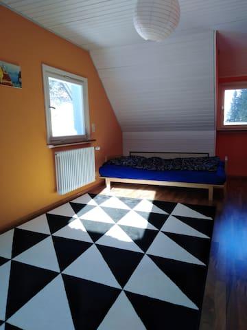 Klappsofa zum Schlafen. Dieses Zimmer kann gegen einen Aufpreis für eine dritte und vierte Person geöffnet werden.