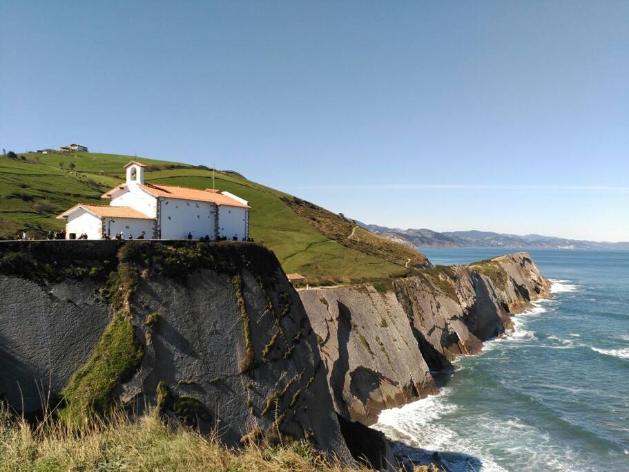 Ermita de San Telmo situada en el acantilado .