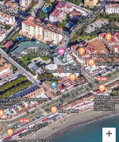 Mapa 3d. Mi edificio las Golondrinas, donde está escrito calle las naciones. Detrás del Hotel palia la Roca. Se puede ver mi terraza. La playa está muy cerca. El mar, a unos 4 minutos andando de mi piso! En frente del hotel, la playa tiene poca arena
