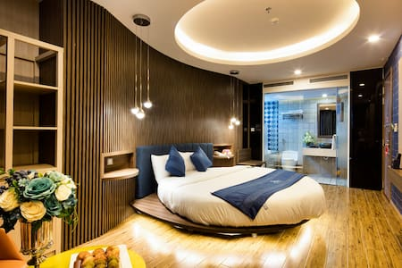 Fitted with a round bed, this suite offers stunning views of the city and sea through glazed windows and private balcony.