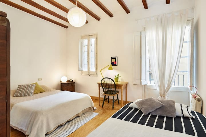 Sunny Double-Triple Room at Pl Catalunya/Catedral