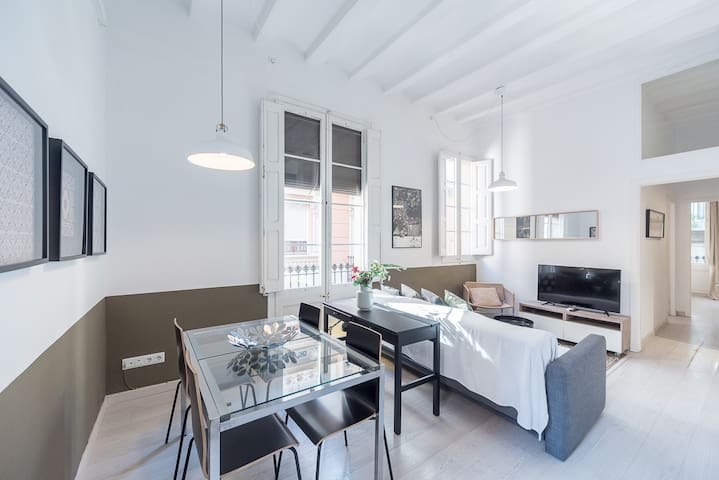 Bright apartment with terrace in charming Gracia