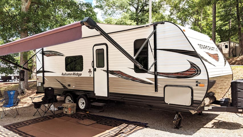 Clean 26FT Camper. Available to Deliver and Setup!