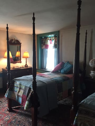 Rochambeau Suite - Blue room with twin four poster beds.
