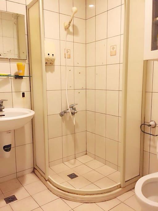 獨立衛浴套房 寬敞舒適明亮 漱口杯 牙膏 洗髮精 沐浴乳 吹風機 一應俱全