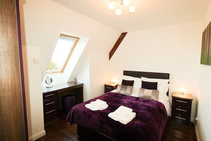 Upstairs double room. Ensuite.