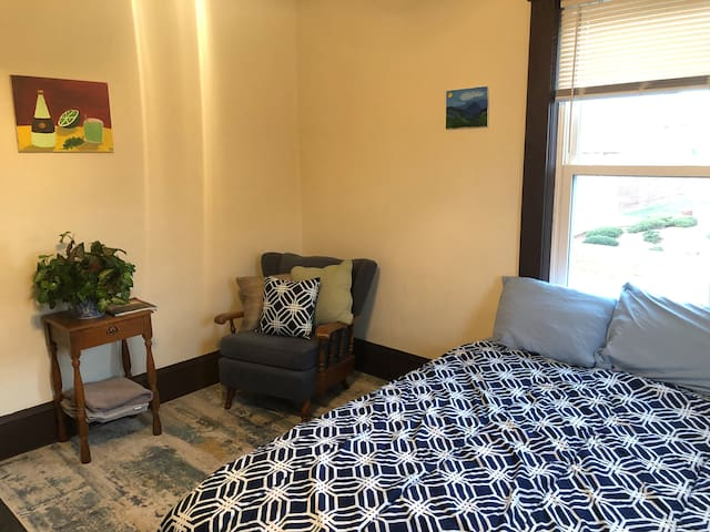 Artist Comfort Room, 5 min drive to Downtown