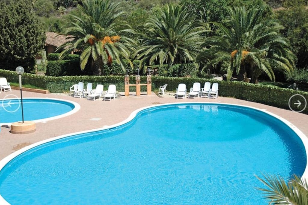 Piscina condominiale / The house is located in a residential complex with gardens and swimming pool.