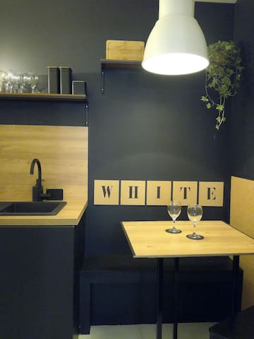 La cuisine vous accueille pour manger avec sa banquette et ses  sièges.