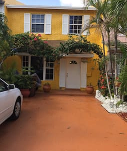 Cozy room in beautiful townhouse - Hialeah