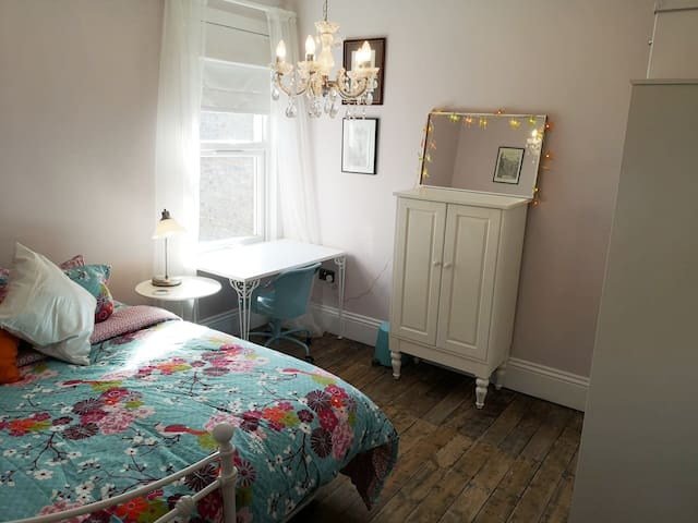 Spacious king sized/twin room, private shower room