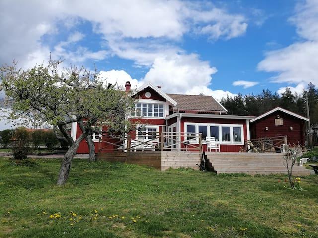 Charmigt hus på landet nära Kalmarsund