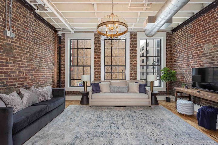 STUNNING 5★ LARGE Loft Downtown w/ Indoor Parking