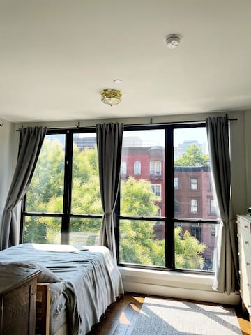Queen bed overlooking the Brooklyn neighborhood. (blackout curtains when needed)