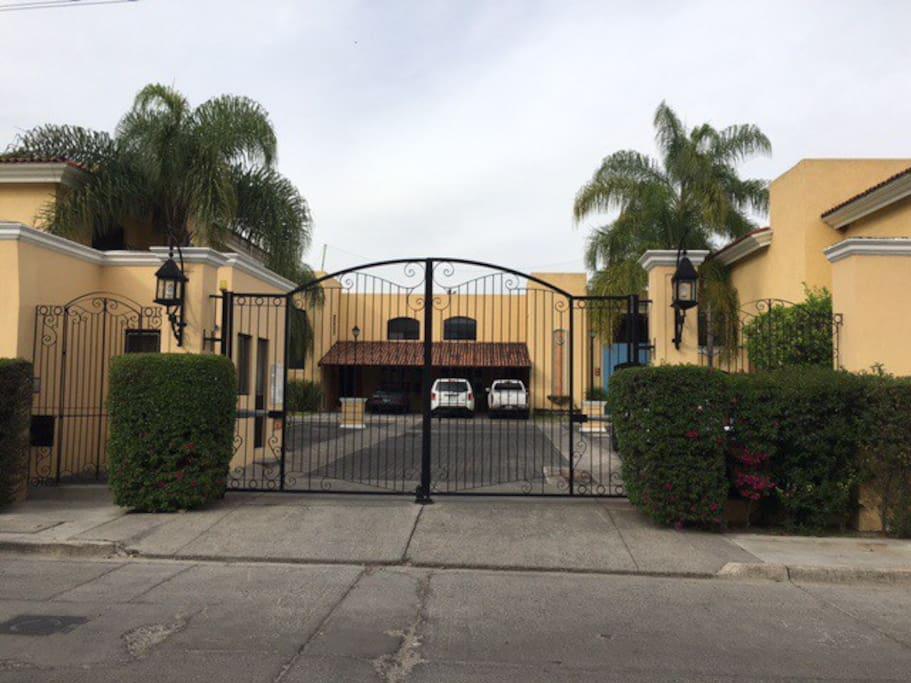 Entrada principal al conjunto residencial