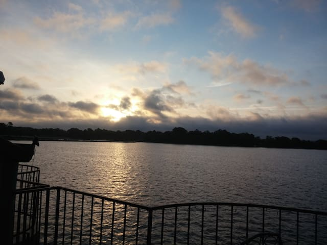 Sunrise Lakefront Resort Condo 2BR/2B Sleeps 6-8 - Willis - Apartament