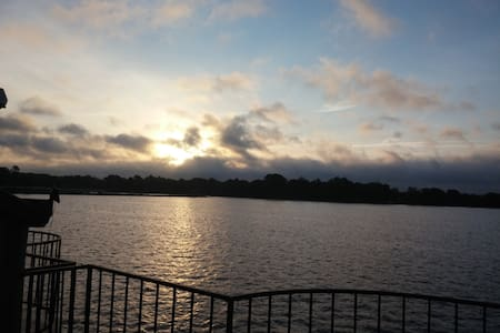 Sunrise Lakefront Resort Condo 2BR/2B Sleeps 6-8 - Willis