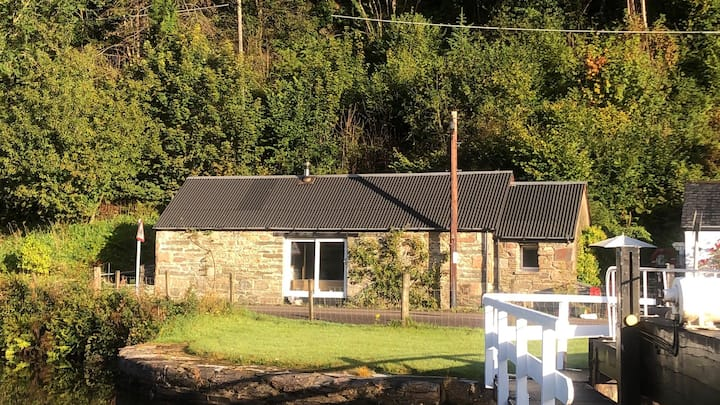 An Idyllic Cottage on the Crinan Canal