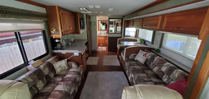 Luxury RV in quiet area close to I-75  & Lee U.