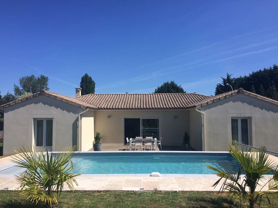 Maison contemporaine avec piscine maisons louer for Maison moderne 140m2