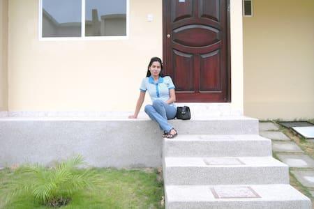 Casa en Manta-Ecuador cerca al centro de la ciudad - Manta - Casa