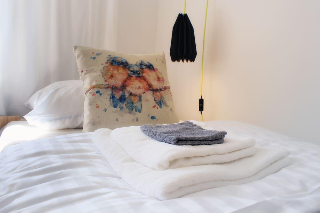 Przy łóżku znajduje się lampka nocna - też lubię czytać wieczorami. Zapewniamy świeżą pościel i komplet ręczników dla każdego gościa.