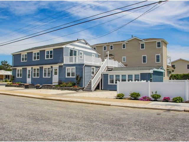 Beach Block w/ Pool - 2 Bed/1 Bath - Sleeps 4
