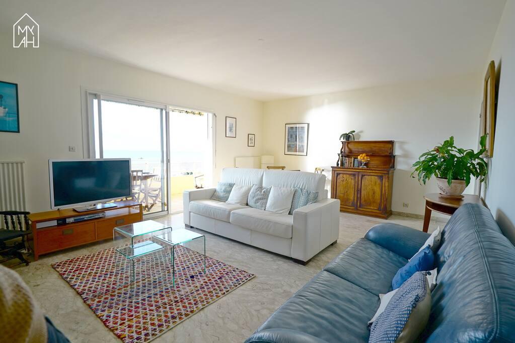 Le salon avec accès balcon vue mer