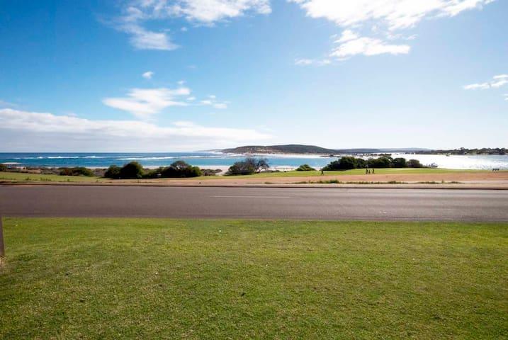Kalbarri Oceanfront Apartment, breathtaking views