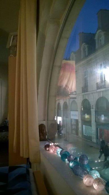 Vue sur la rue piétonne principale de Dijon, mais triple vitrage donc calme