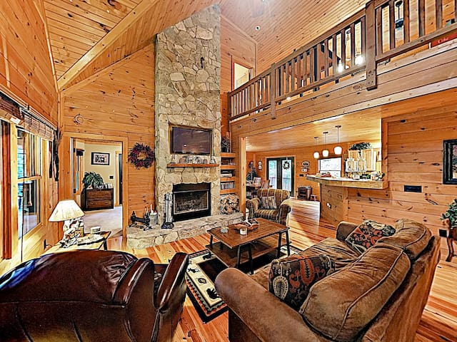 Luxurious Mountain-View Lodge w/ Gym & Game Room
