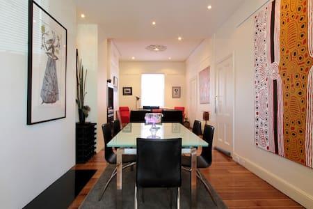 Hobart CBD 3 bedroom sleeps 6 stylish city retreat