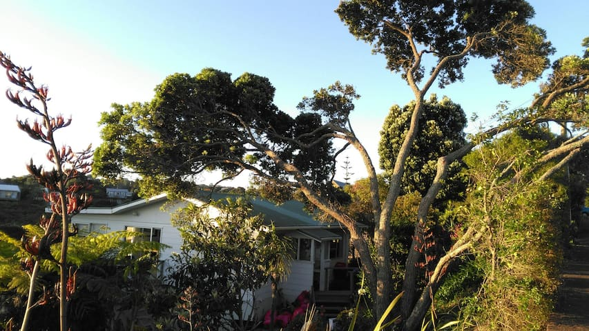 Spacious and Self-Contained on Waiheke - Auckland - Chalé