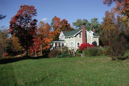 Charming Farm House with Private Lake - Ház