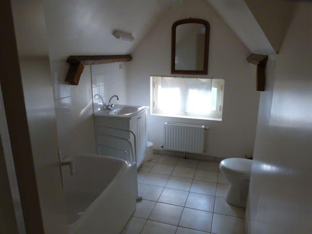 Salle de bain avec baignoire et WC (étage)